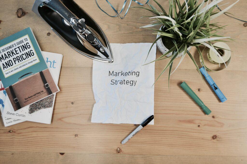 Hacer una declaración y establecer una personalidad de marca son componentes clave de una estrategia de marketing, y ambos pueden cubrirse con un diseño de logotipo de empresa adecuado.