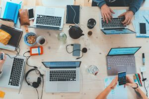 empleados pensando en su marca personal en línea