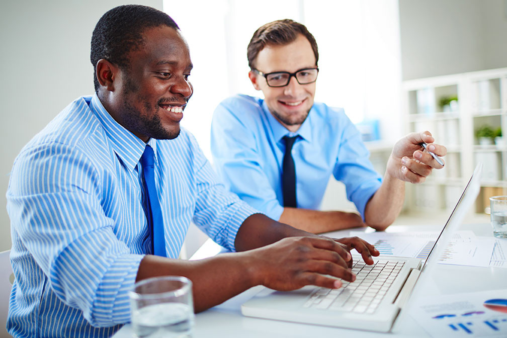 AdobeStock_team-working-on-laptop-142475938