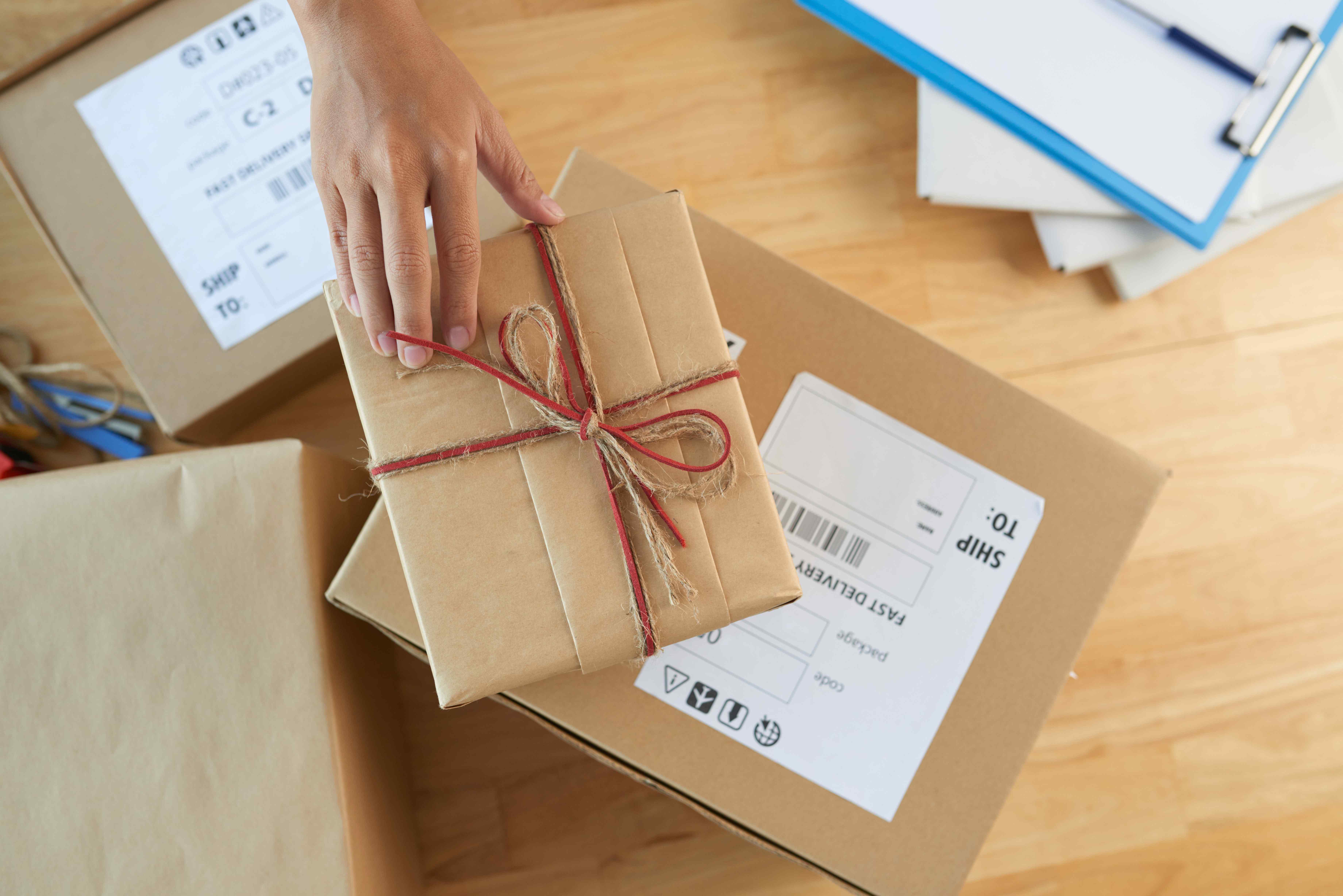 Ile czasu trwa przesłanie paczki? Porównanie różnych metod przesyłania.