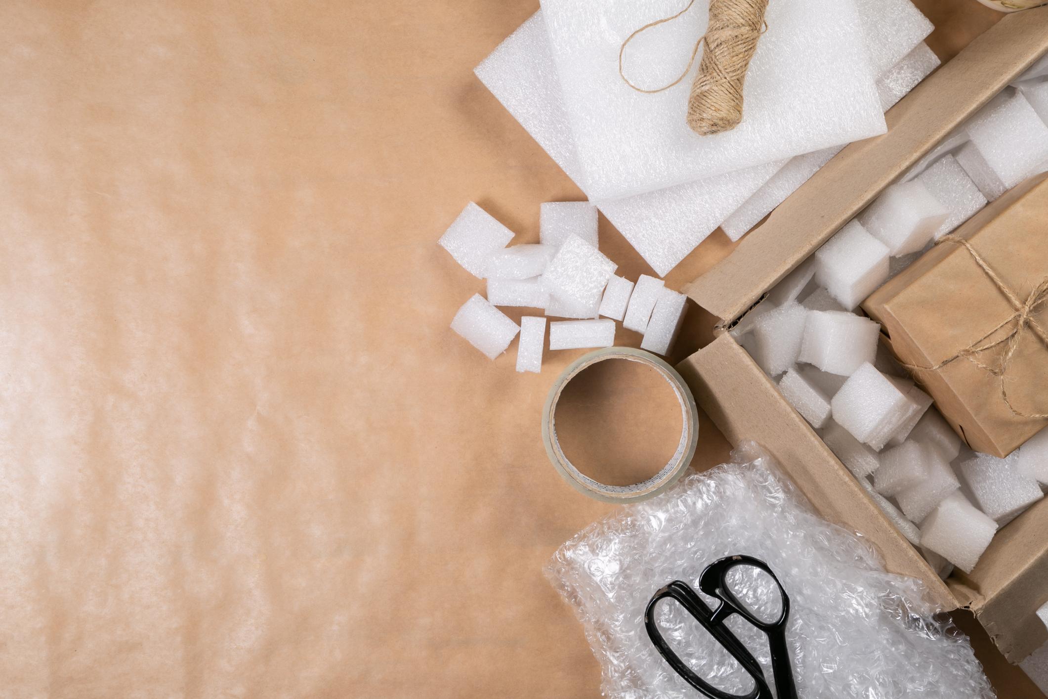 Folia bąbelkowa, kartonowe pudło, czyli jak poprawnie zapakować przesyłkę?