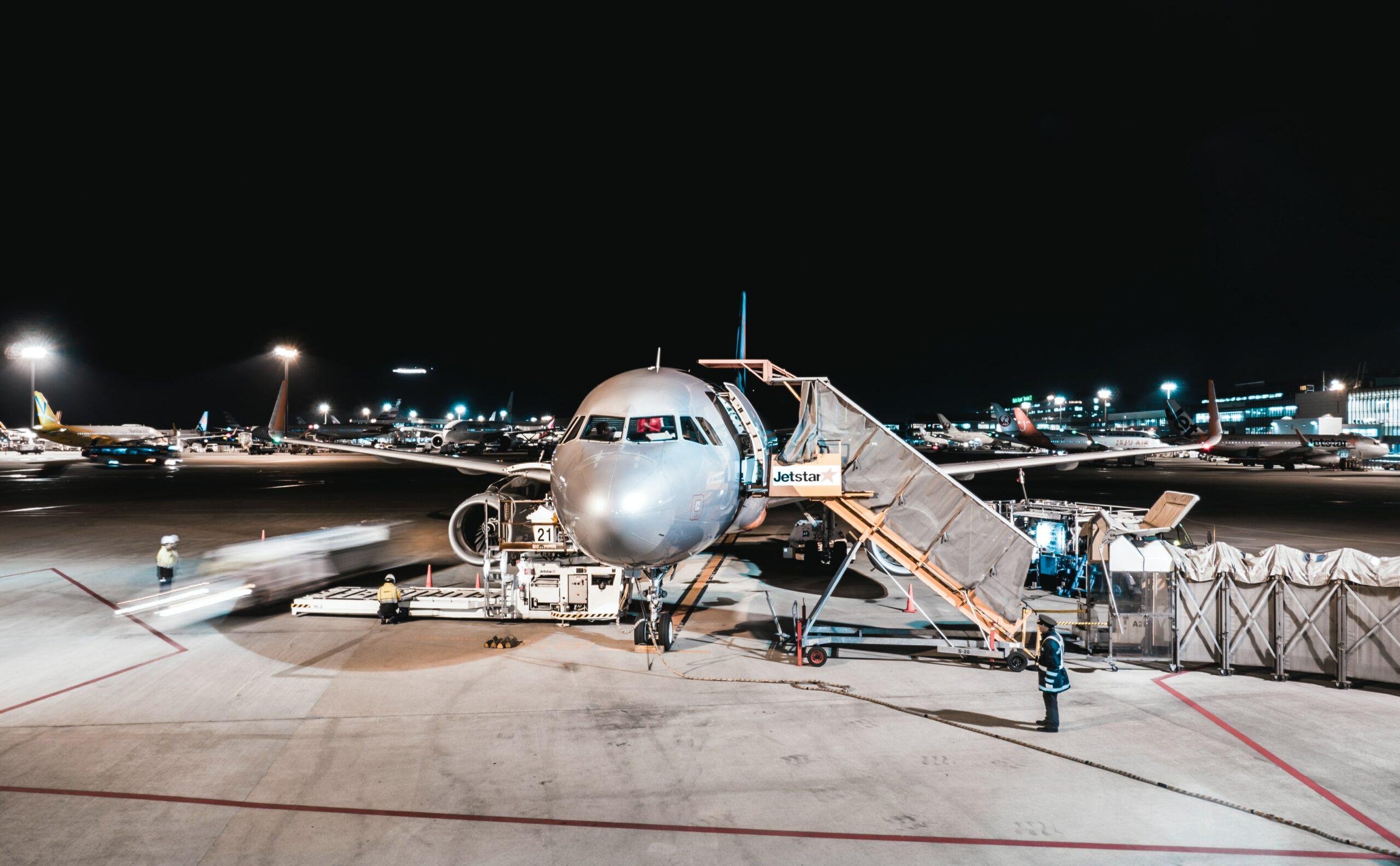 Transport lotniczy ‒ co wolno nadać w paczce, która ma zostać wysłana transportem lotniczym?