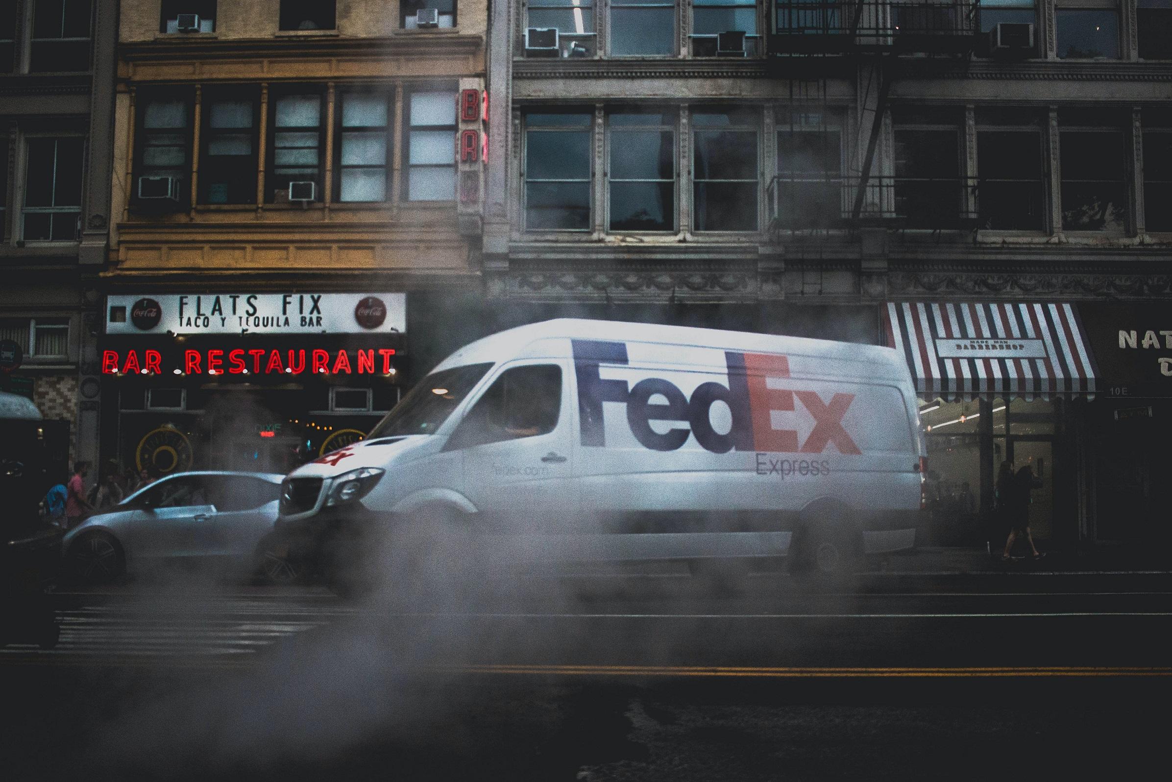 Jakie usługi dodatkowe oferują firmy kurierskie? Usługi dodatkowe FedEx w ramach Sendit.pl