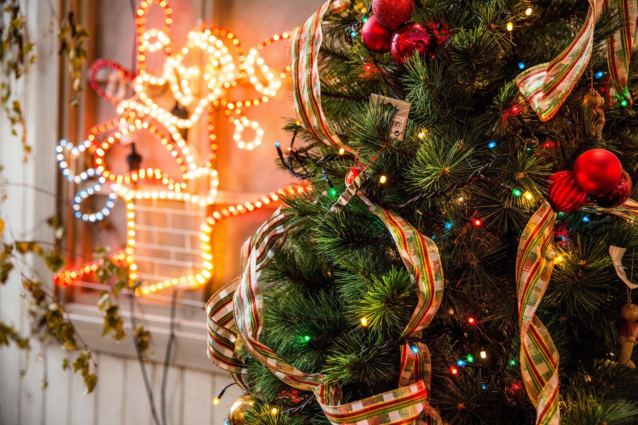 Choinki i ozdoby świąteczne – czy można wysyłać kurierem?