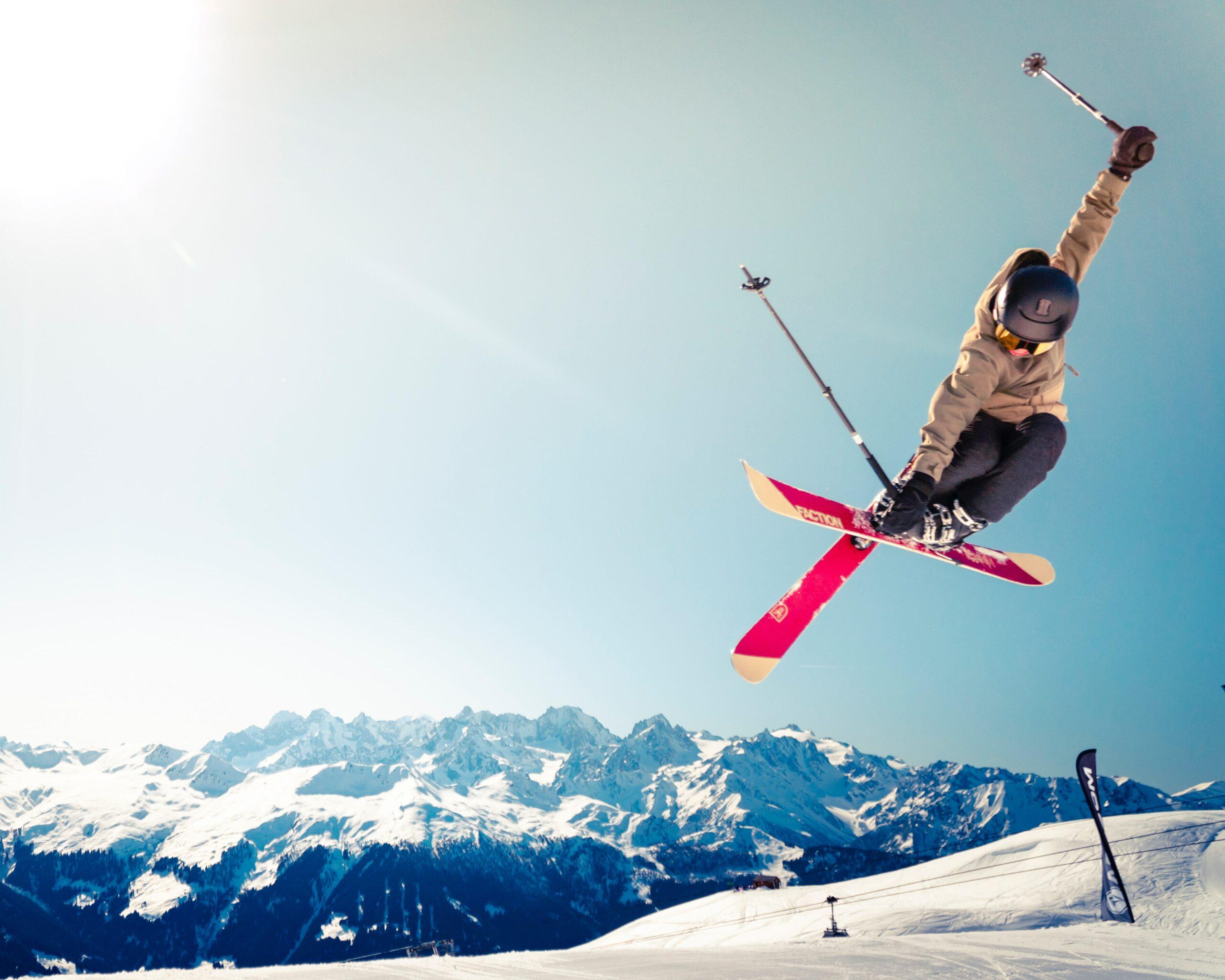 Jak zapakować narty do wysyłki kurierem? Czy można wysłać w paczce sanki i łyżwy?