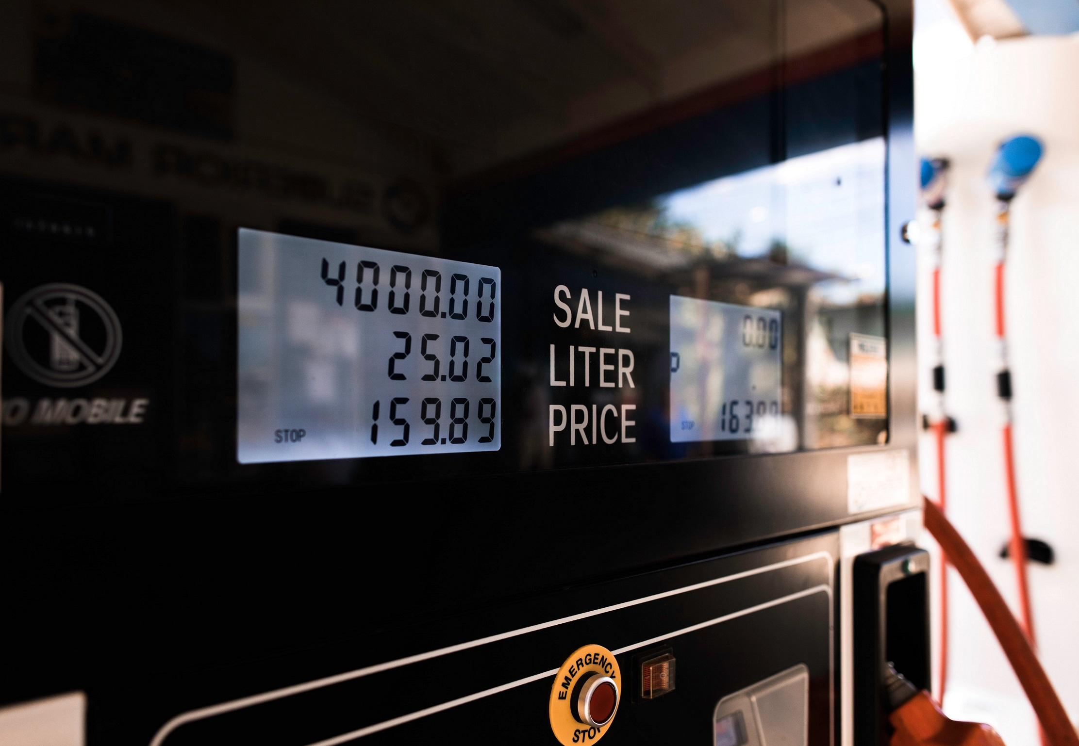 Opłata paliwowa – czym jest i jak wpływa na cenę paczki?