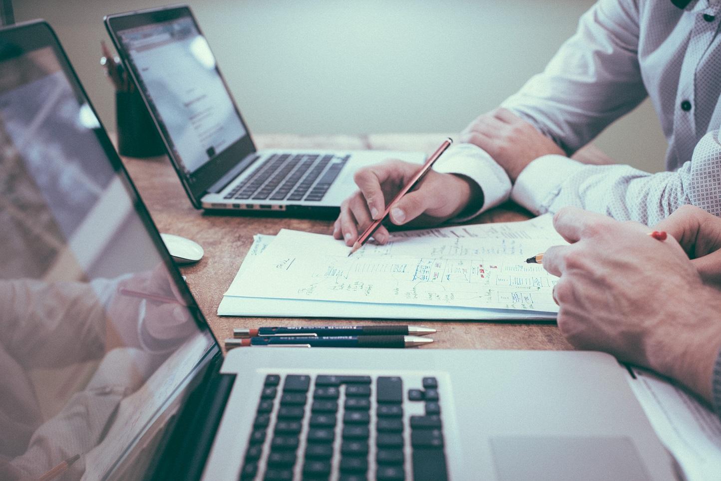 Czym jest fulfilment i dlaczego przydaje się w prowadzeniu biznesu? Brokerzy kurierscy