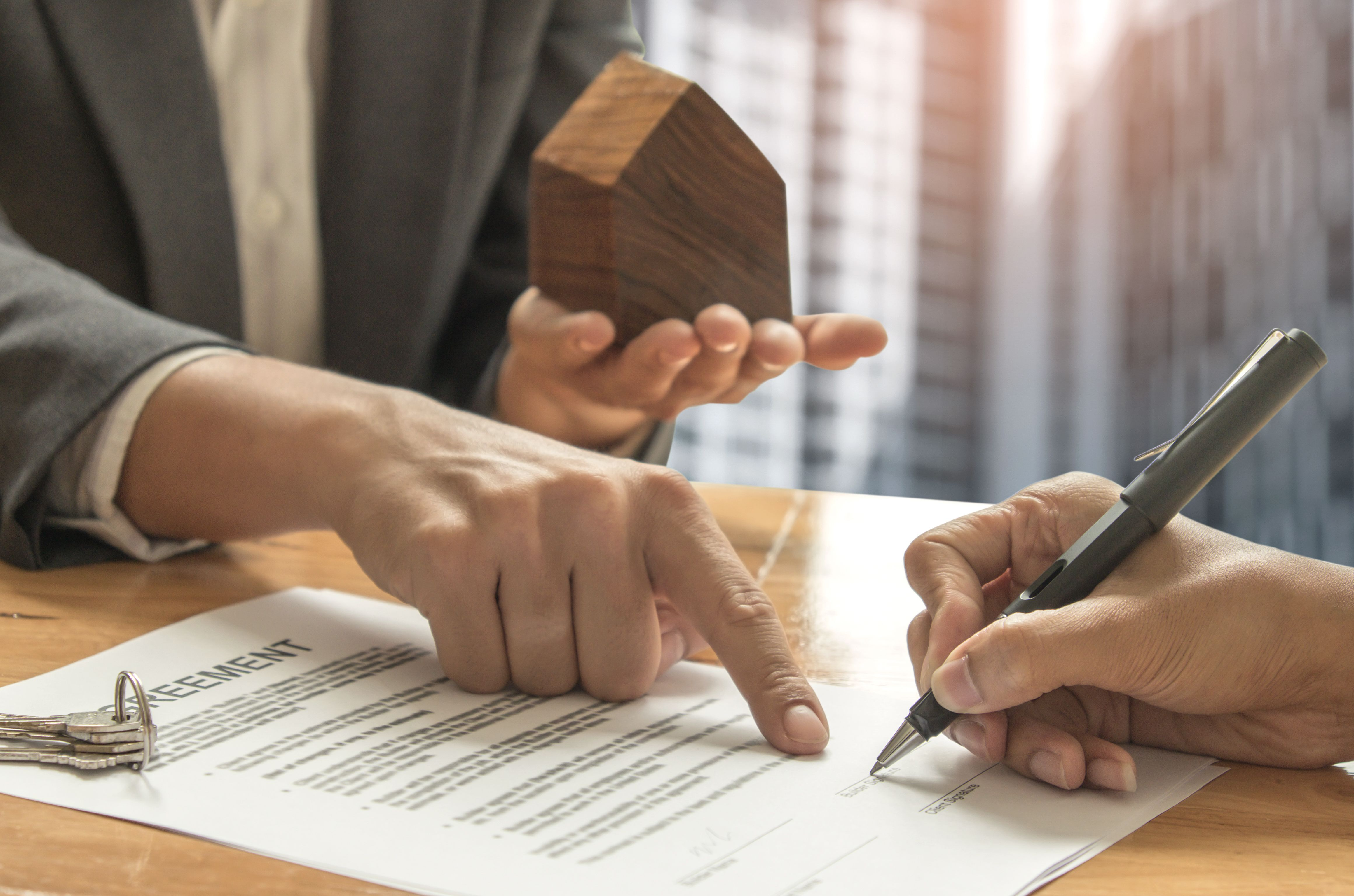 A landlord and a tenant are signing the contract of a tenancy