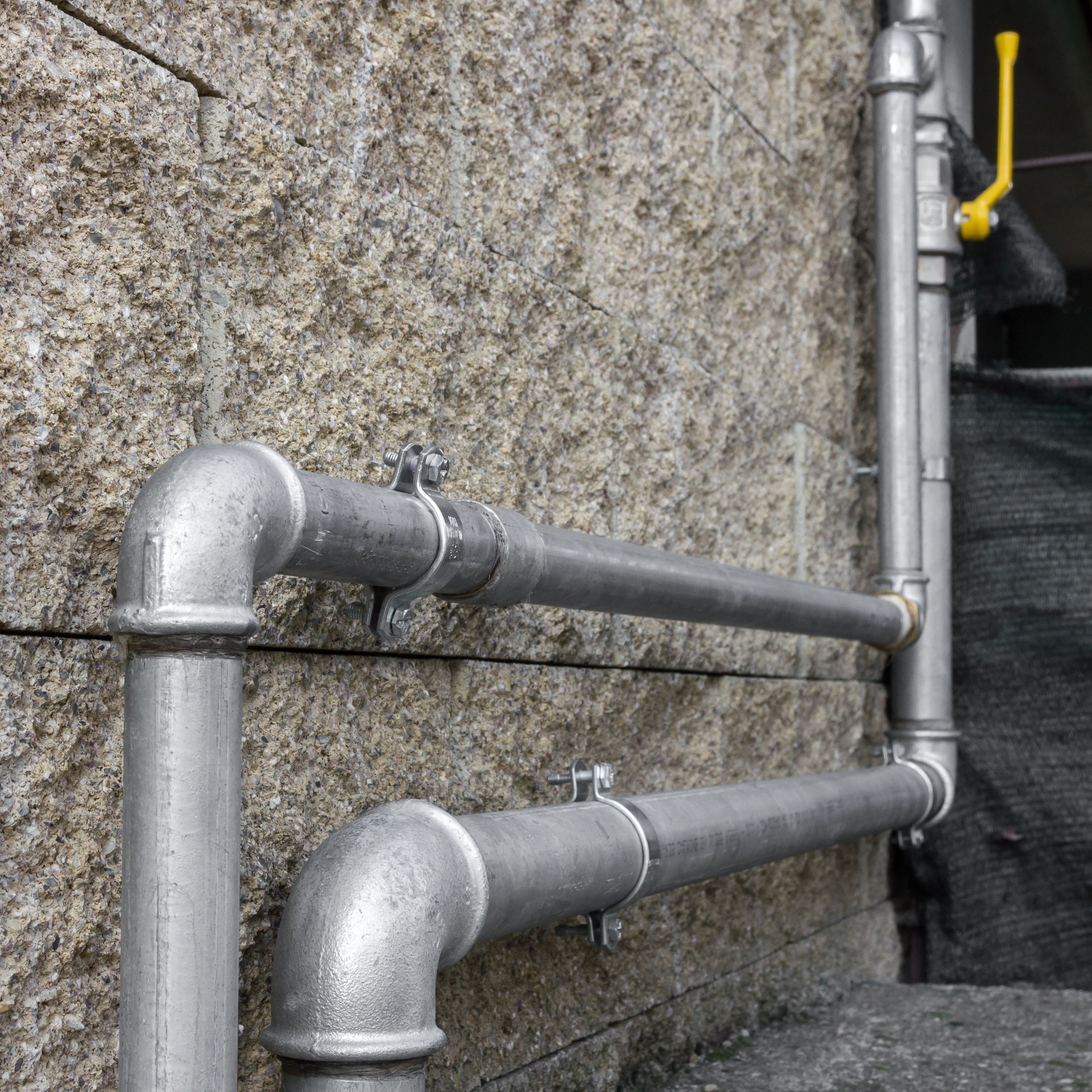 Pipes of an external heating system for gas distribution