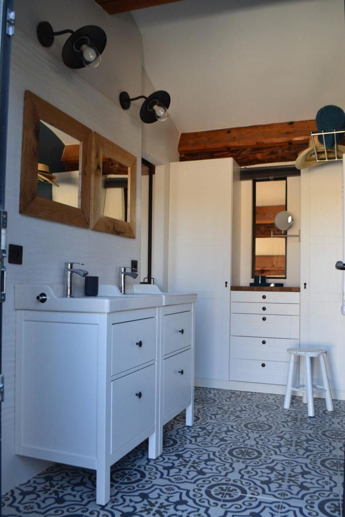 Salle de bain blanche et carreaux de ciment