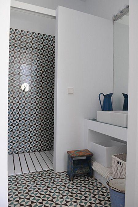 Carrelage noir et bleu identique au mur et au sol