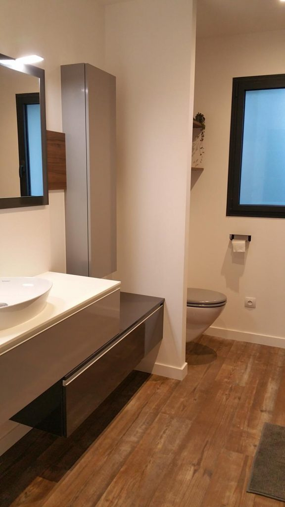 salle de bain moderne beige et marron