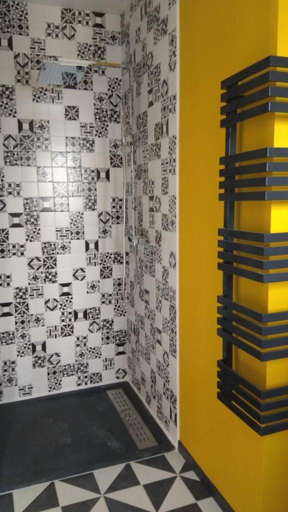 douche italienne avec receveur extra-plat et peinture jaune