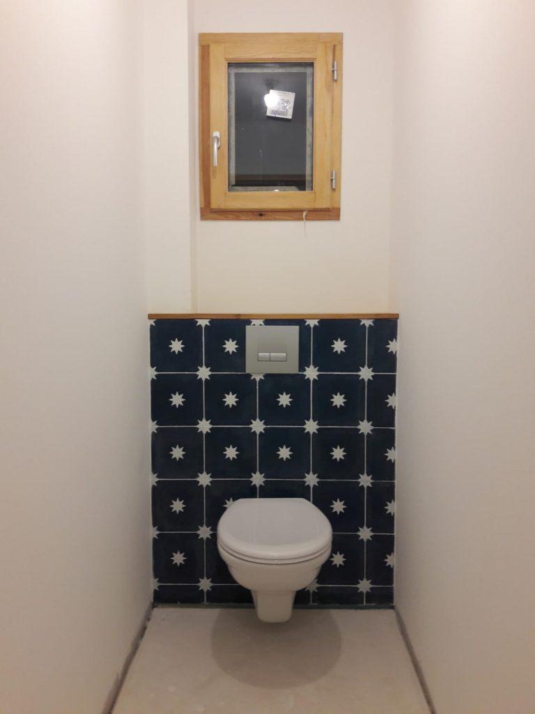 mur d'étoiles dans les WC