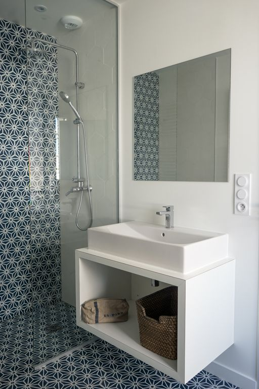 Douche avec carrelage bleu et blanc