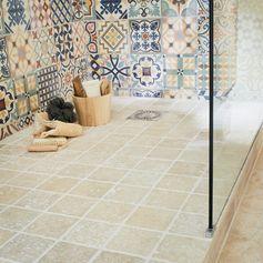 douche italienne avec carreaux de ciment au mur