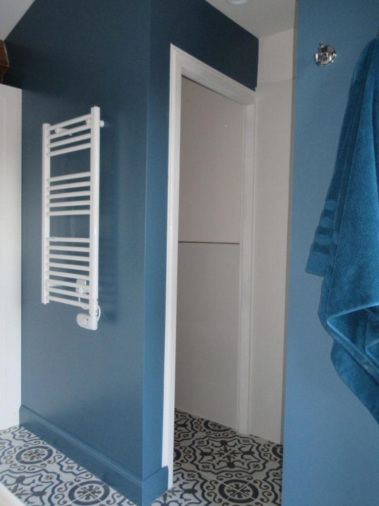 salle de bain bleue avec carreaux de ciment