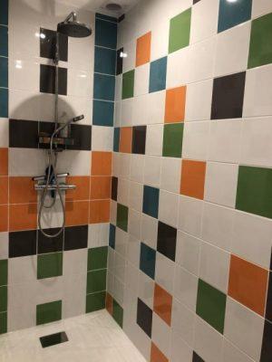 douche italienne carrelage coloré