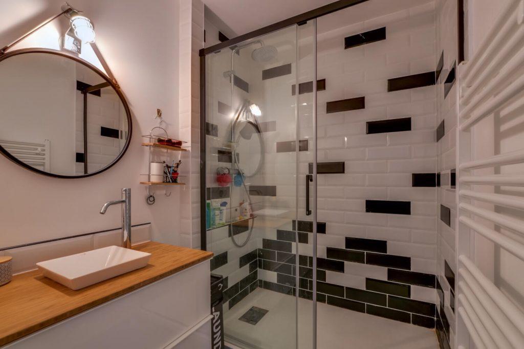 douche italienne au carrelage noir et blanc esprit métro