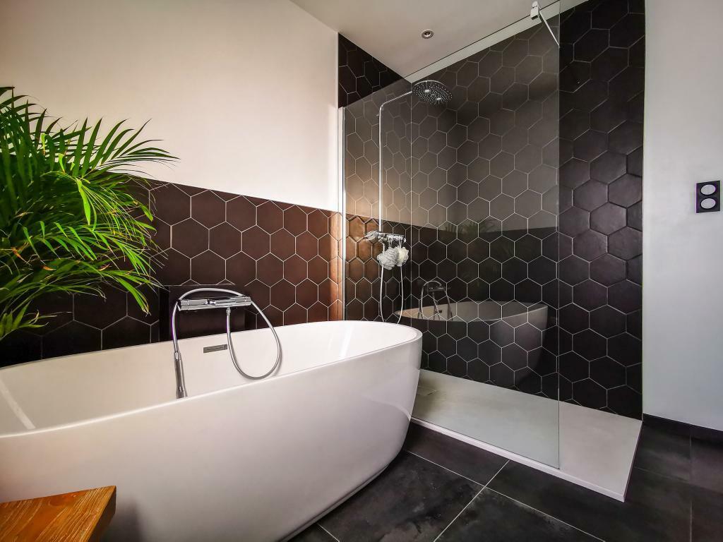 Association moderne noire et blanche baignoire ilot et douche italienne