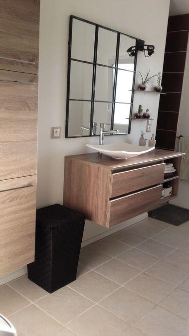 salle de bain avec meuble vasque suspendu