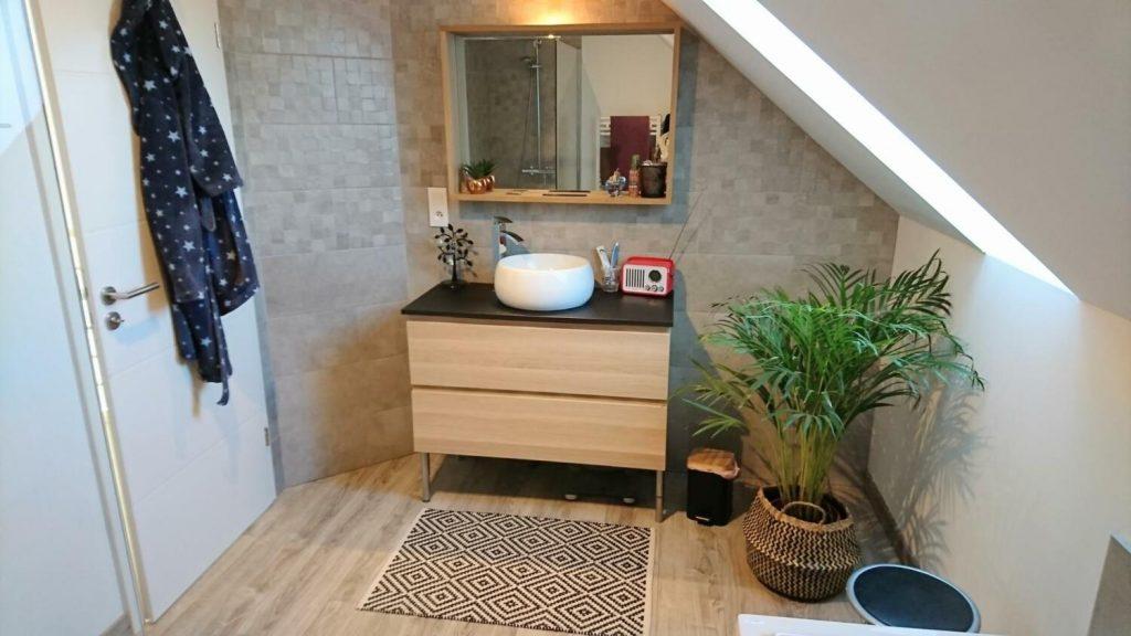 Salle de bain moderne avec vasque posée