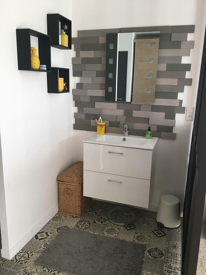 salle de bain blanche accessoires colorés
