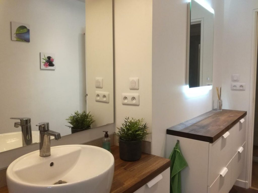 Salle de bain en longueur blanche et bois