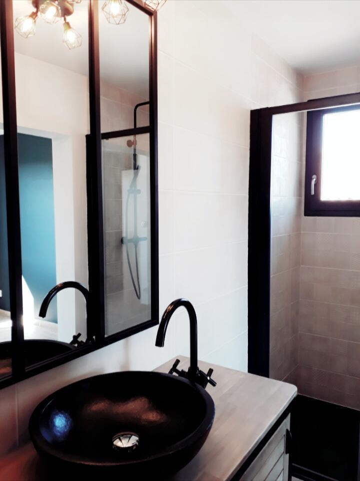 salle-de-bain-noir-bois-style-industriel