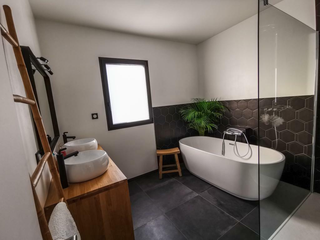 Carrelage Sol Salle De Bain Gris Anthracite salle de bain noire et blanche : 15 idées pour vous inspirer