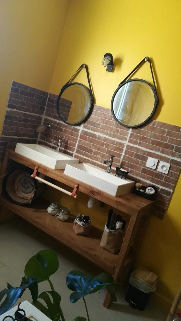 salle-de-bain-jaune-briques