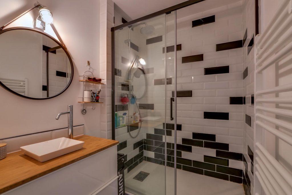 salle-de-bain-noire-et-blanche-style-metro