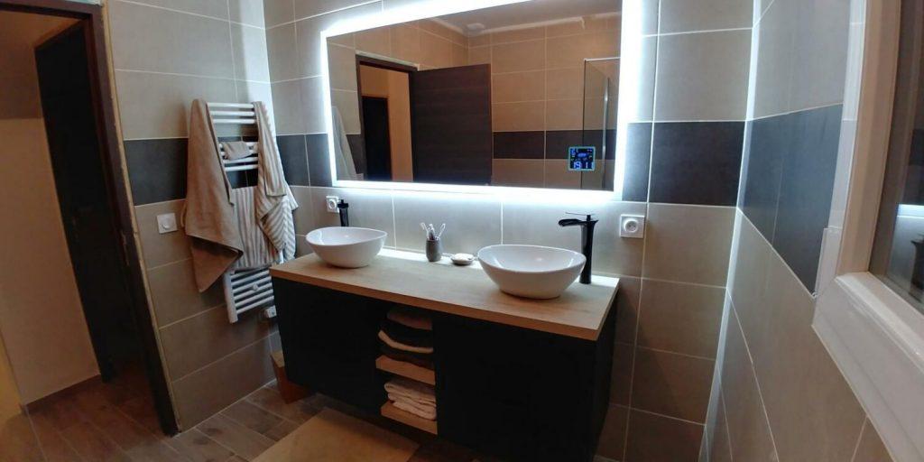 salle-de-bain-ligne-carrelage-miroir-neon