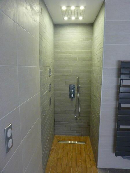 douche-italienne-avec-carrelage-gris-parquet