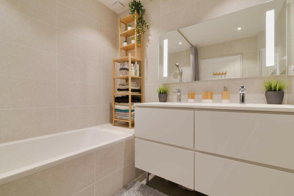 salle-de-bain-blanche-etagere-bois