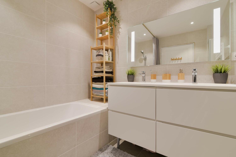 Salle D Eau Blanche Et Bois Éclairage de salle de bain : nos conseils pour une lumière