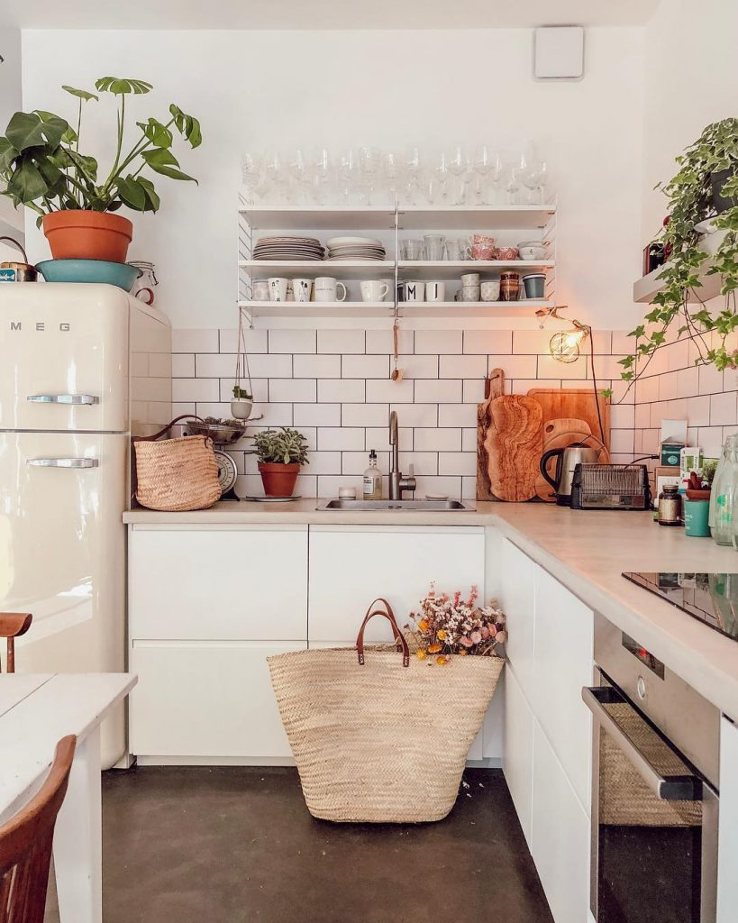 cuisine-blanche-bucolique-etageres-vaisselles