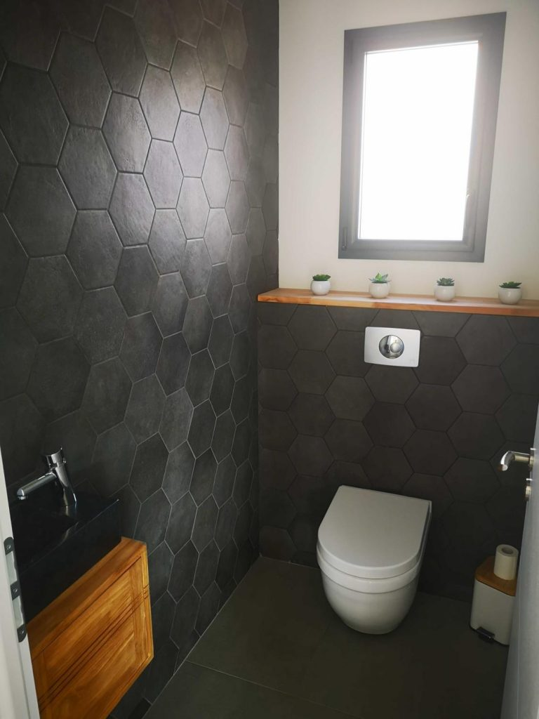 wc-toilettes-moderne-carrelage-hexagonal