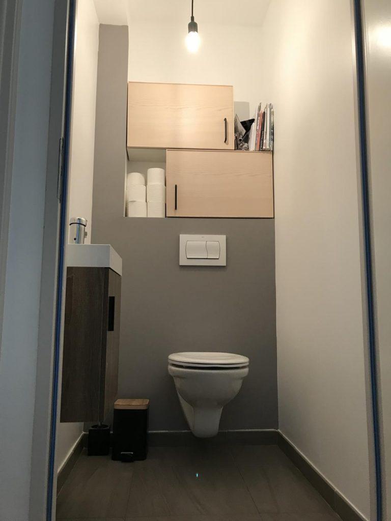 toilettes-scandinave-rangements-gris-blanc-bois