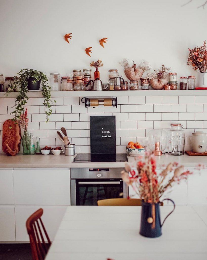 cuisine-blanche-etagere-credence-metro