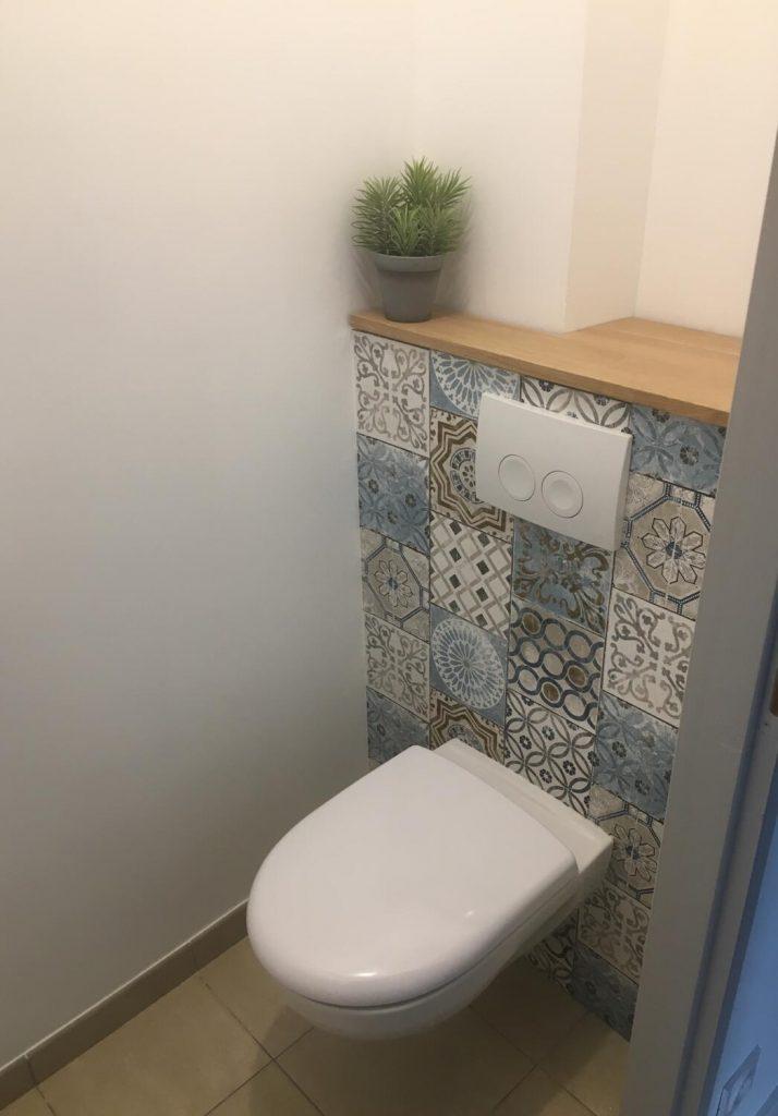 toilettes-papier-peint-carreaux-de-ciment