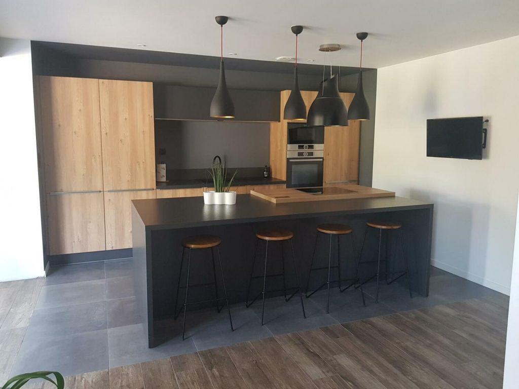 Photo de cuisine noire et bois moderne