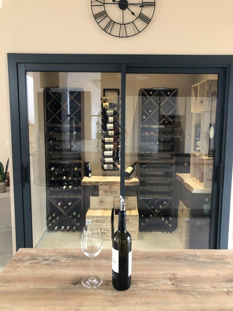 Grande cave à vin dans une cuisine design