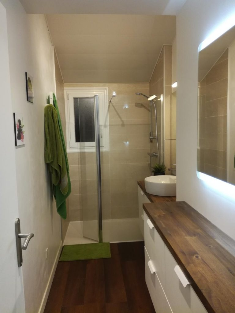 Salle De Bain En Longueur le bois dans la salle de bain : 30 idées pour vous inspirer