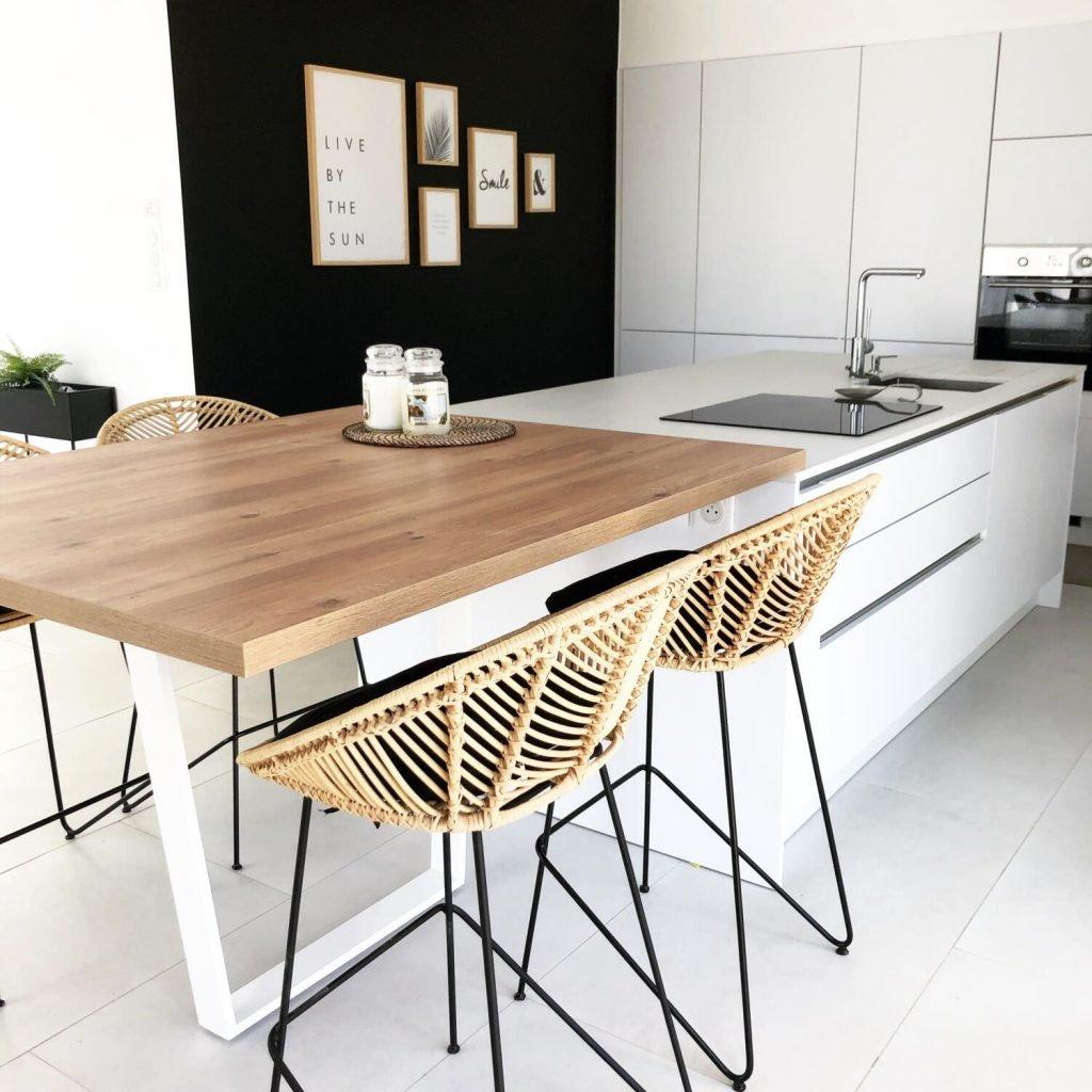 Cuisine blanche et noire avec table et tabourets en bois