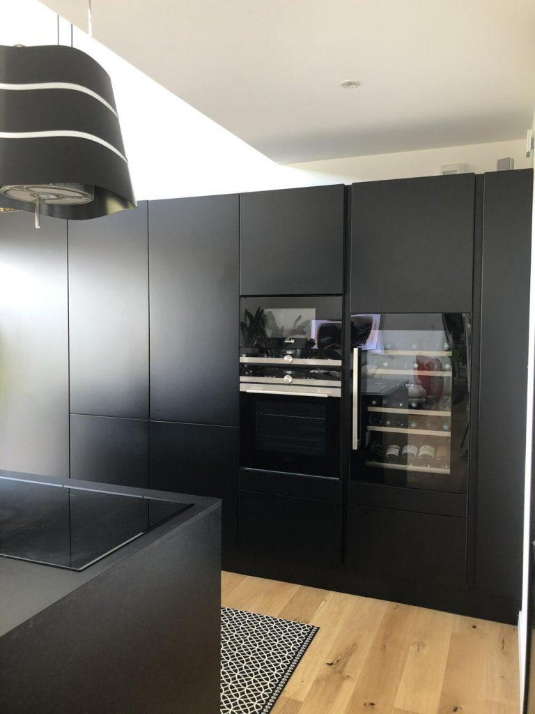 cuisine-noire-mat-rangements-cave-a-vin