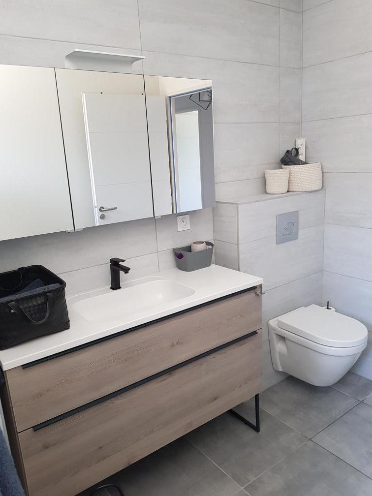 meuble-vasque-bois-clair-salle-de-bain