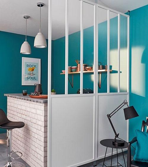 Verrière blanche dans une cuisine bleue
