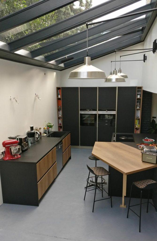 verrière de toit dans une cuisine moderne