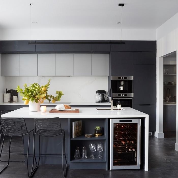 ilot-central-avec-table-et-espace-rangement-cuisone-noir-blanc-et-gris-design-moderne-épuré-îlot-central-avec-évier